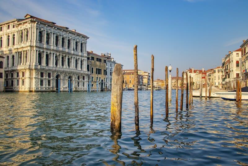 Den storartade sikten av hus för gondolportandold i Venedig i Italien arkivfoto
