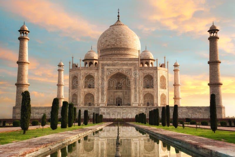 Den storartade Taj Mahal på en härlig soluppgång arkivbilder