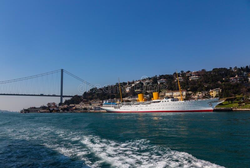 Den storslagna bron av Sultan Mehmed Fatih till och med Bosphorusen och havsskeppet, Turkiet fotografering för bildbyråer