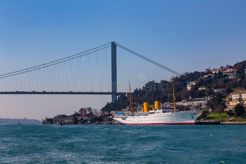 Den storslagna bron av Sultan Mehmed Fatih till och med Bosphorusen och havsskeppet, Turkiet arkivbilder