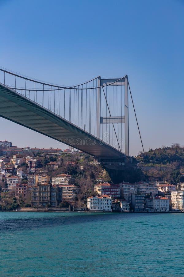 Den storslagna bron av Sultan Mehmed Fatih till och med Bosphorusen, Turkiet arkivbilder