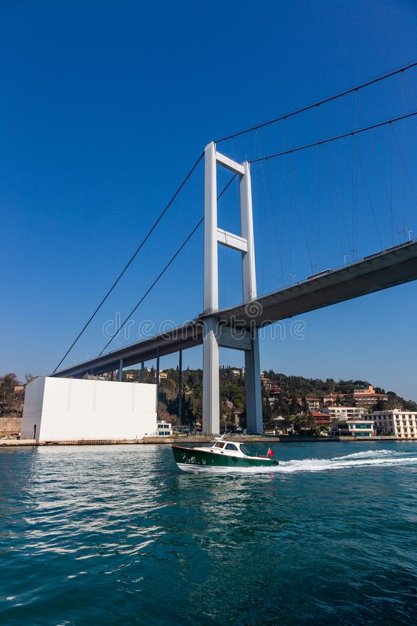 Den storslagna bron av Sultan Mehmed Fatih till och med Bosphorusen, Turkiet arkivbild