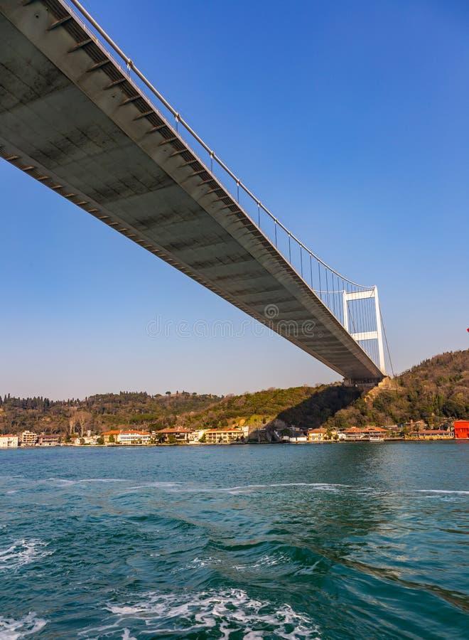 Den storslagna bron av Sultan Mehmed Fatih till och med Bosphorusen, Turkiet royaltyfri foto