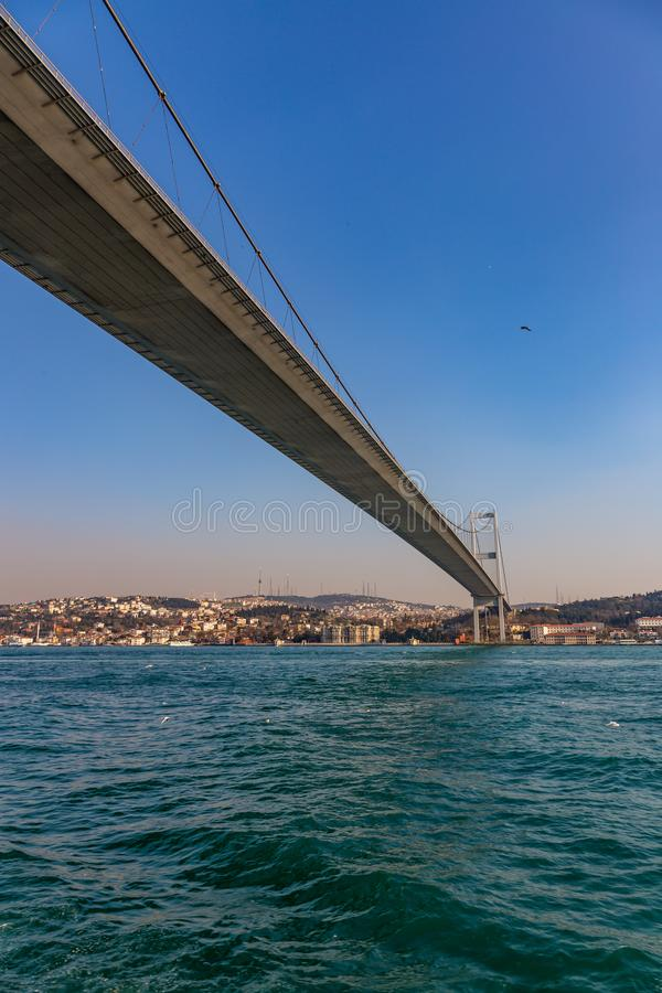 Den storslagna bron av Sultan Mehmed Fatih till och med Bosphorusen, Turkiet arkivfoton