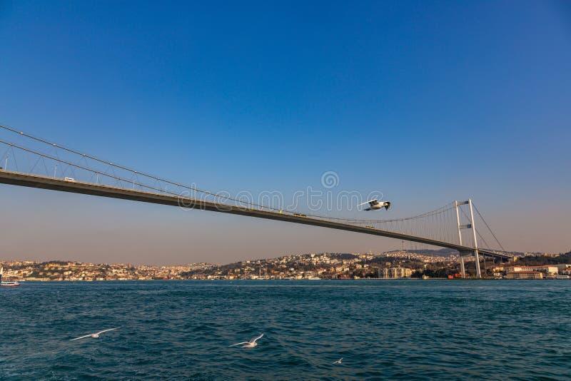 Den storslagna bron av Sultan Mehmed Fatih till och med Bosphorusen, Turkiet arkivfoto