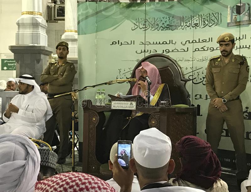 Den storslagna imamen Sheikh Abdul Rahman Al Sudais ger veckooffentligt samtal inom den Masjidil Haram Haram moskén arkivbild