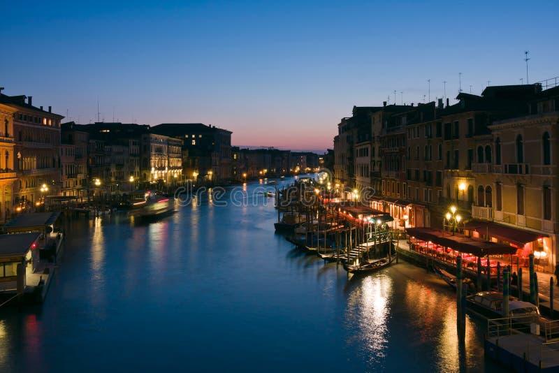 Den storslagna kanalen på skymningen i Venedig royaltyfri foto