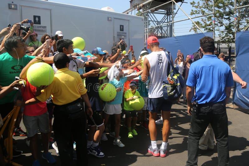 Den storslagna slamen för femton gånger undertecknar mästaren Rafael Nadal av Spanien autografer efter övning för US Open 2017 fotografering för bildbyråer