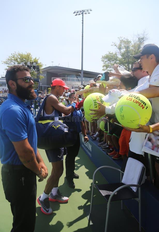Den storslagna slamen för femton gånger undertecknar mästaren Rafael Nadal av Spanien autografer efter övning för US Open 2017 royaltyfria bilder