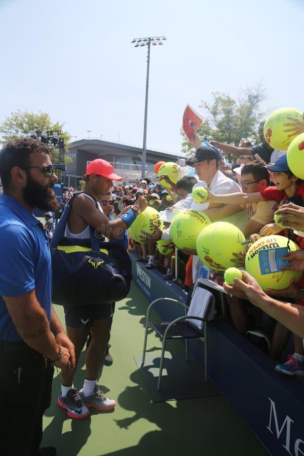 Den storslagna slamen för femton gånger undertecknar mästaren Rafael Nadal av Spanien autografer efter övning för US Open 2017 royaltyfri fotografi
