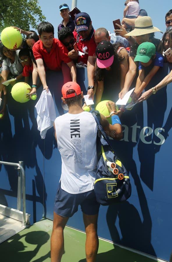 Den storslagna slamen för femton gånger undertecknar mästaren Rafael Nadal av Spanien autografer efter övning för US Open 2017 arkivbild