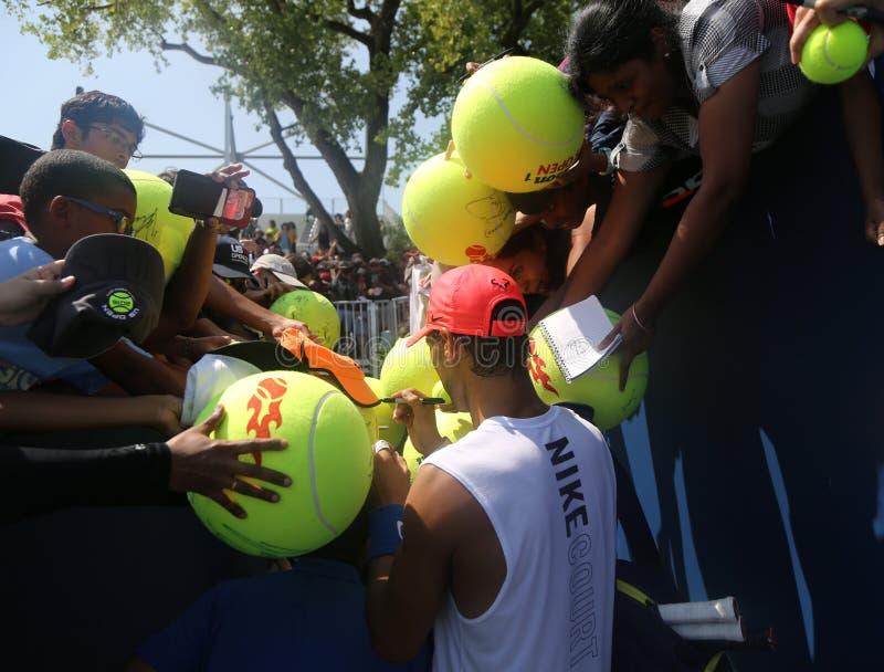 Den storslagna slamen för femton gånger undertecknar mästaren Rafael Nadal av Spanien autografer efter övning för US Open 2017 royaltyfri bild