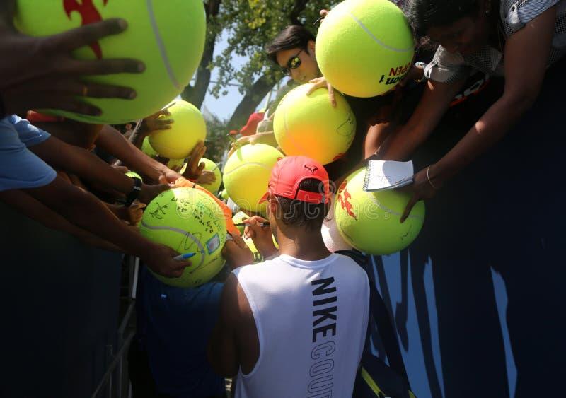 Den storslagna slamen för femton gånger undertecknar mästaren Rafael Nadal av Spanien autografer efter övning för US Open 2017 arkivbilder