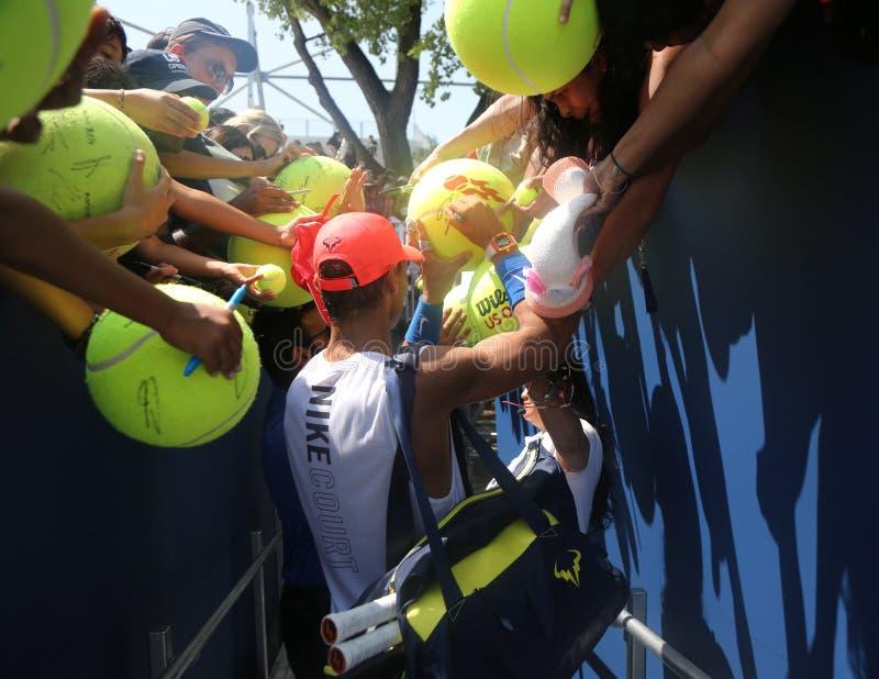 Den storslagna slamen för femton gånger undertecknar mästaren Rafael Nadal av Spanien autografer efter övning för US Open 2017 royaltyfri foto