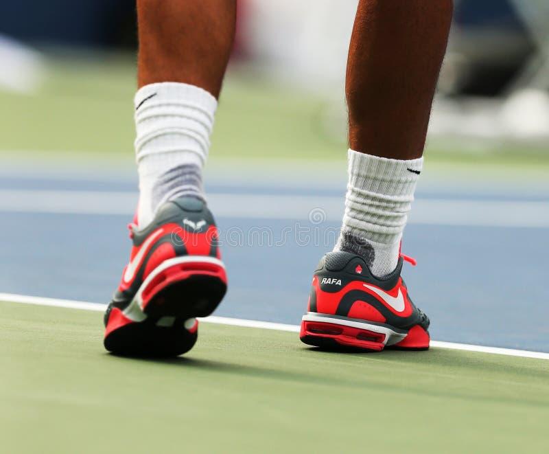 Den storslagna slamen för tolv gånger bär mästaren Rafael Nadal beställnings- Nike tennisskor under övning för US Open 2013 royaltyfri foto