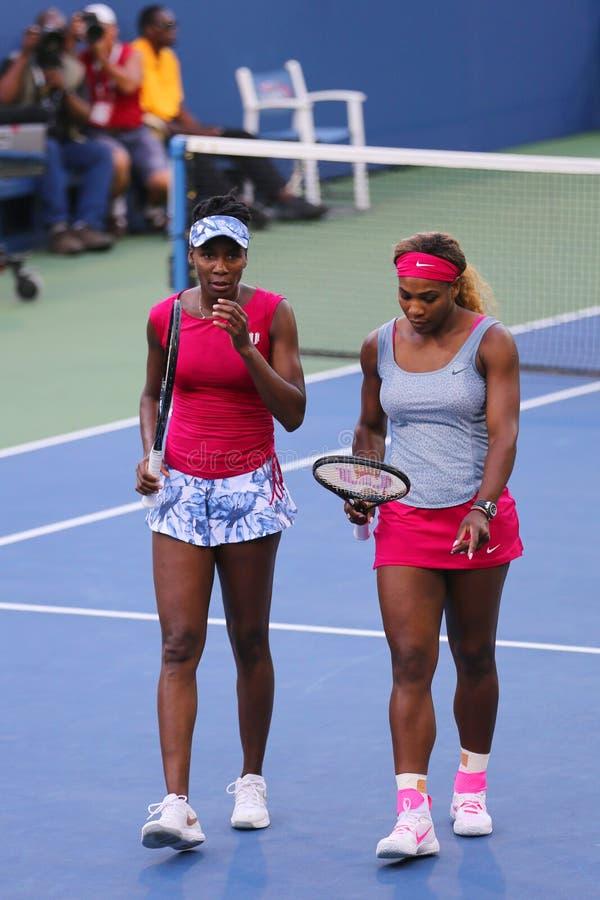 Den storslagna slamen kämpar för Serena Williams, och Venus Williams under kvartsfinaldubbletter matchar på US Open 2014 arkivbilder