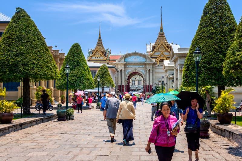 Den storslagna slottingången, besökare som in och ut går, Thailand arkivfoto