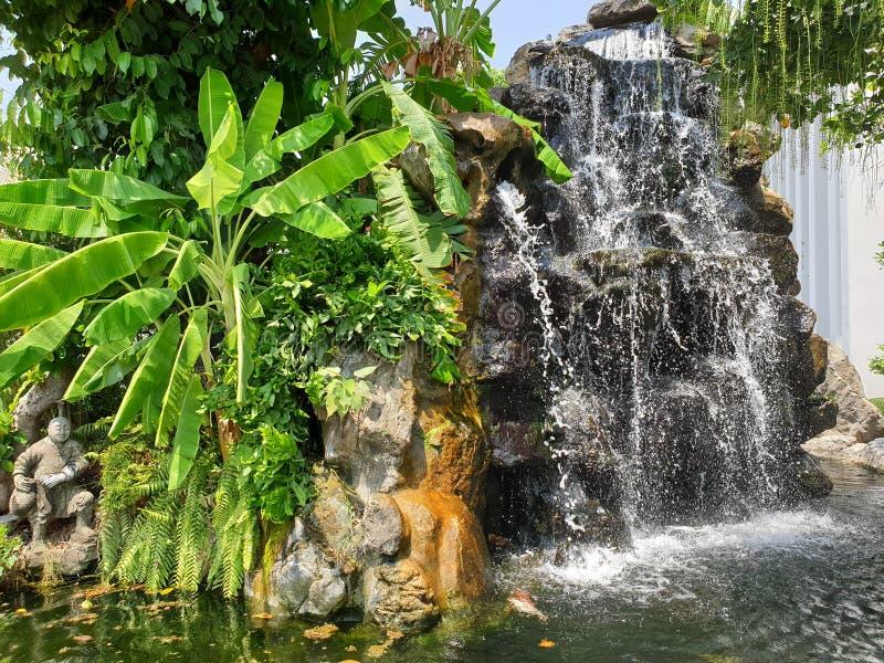 Den storslagna vattenfallet för slottutgångsområde royaltyfria bilder