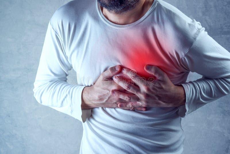 Den stränga hjärtesorgen, manlidande från bröstkorg smärtar och att ha smärtsamt arkivfoton