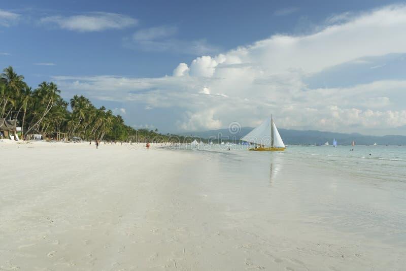 den strandfartygboracay ön seglar white royaltyfria bilder