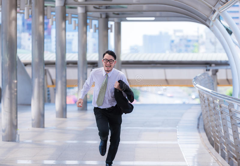 Den stressade angelägna affärsmannen bråttom och köra, är bär han sen för hans affärstidsbeställning och en skjorta, medan köra arkivbilder