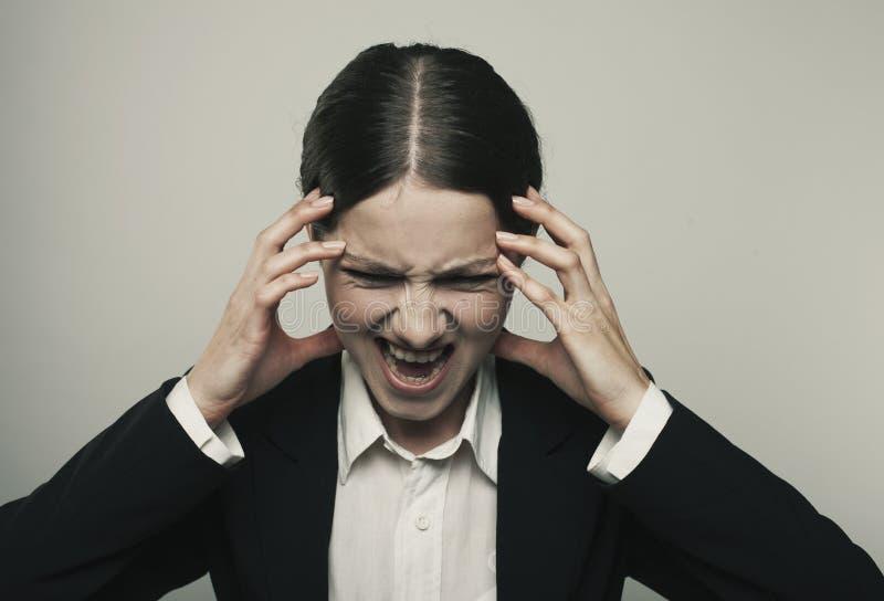 Den stressade spänningskvinnan går galen dra hennes hår i frustra arkivfoto