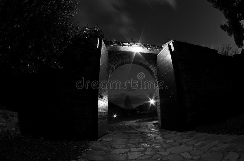 Den Studenica klosterporten stänger sig efter aftonbön royaltyfri bild