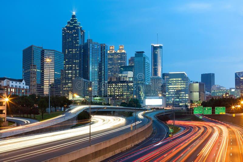 Den suddiga bilen tänder på motorvägen på i stadens centrum Atlanta arkivfoton