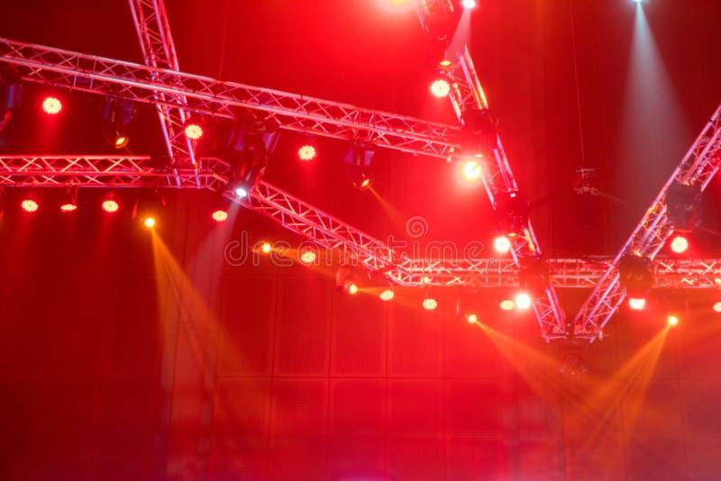 den suddiga etappen tänder på konsert eller belysningsutrustning med laser royaltyfri foto