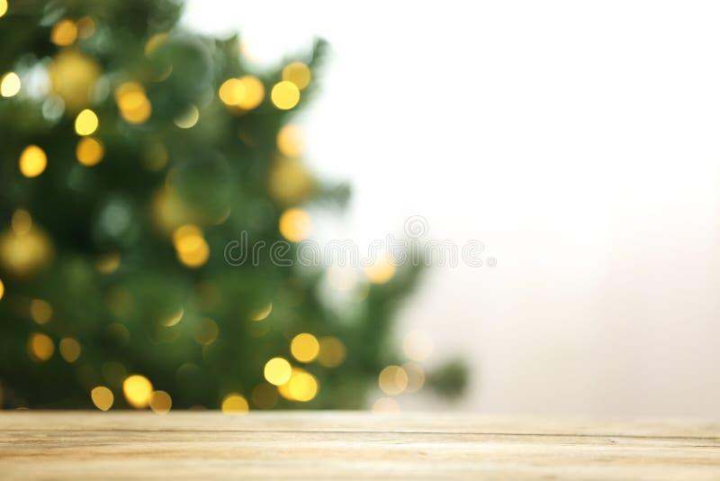 Den suddiga sikten av granträdet med glödande julljus bordlägger inomhus festlig mood arkivbild