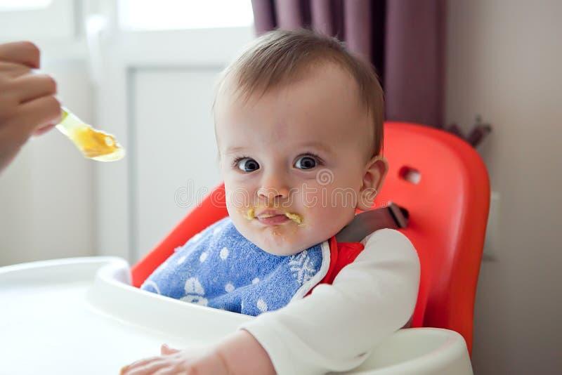 Den suddiga sulkyn behandla som ett barn vägrar att äta ett mål arkivbild