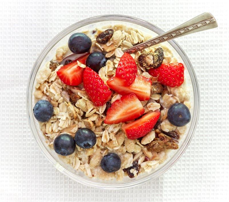 Den sunda frukosten, bunke av mysli med mjölkar arkivbild