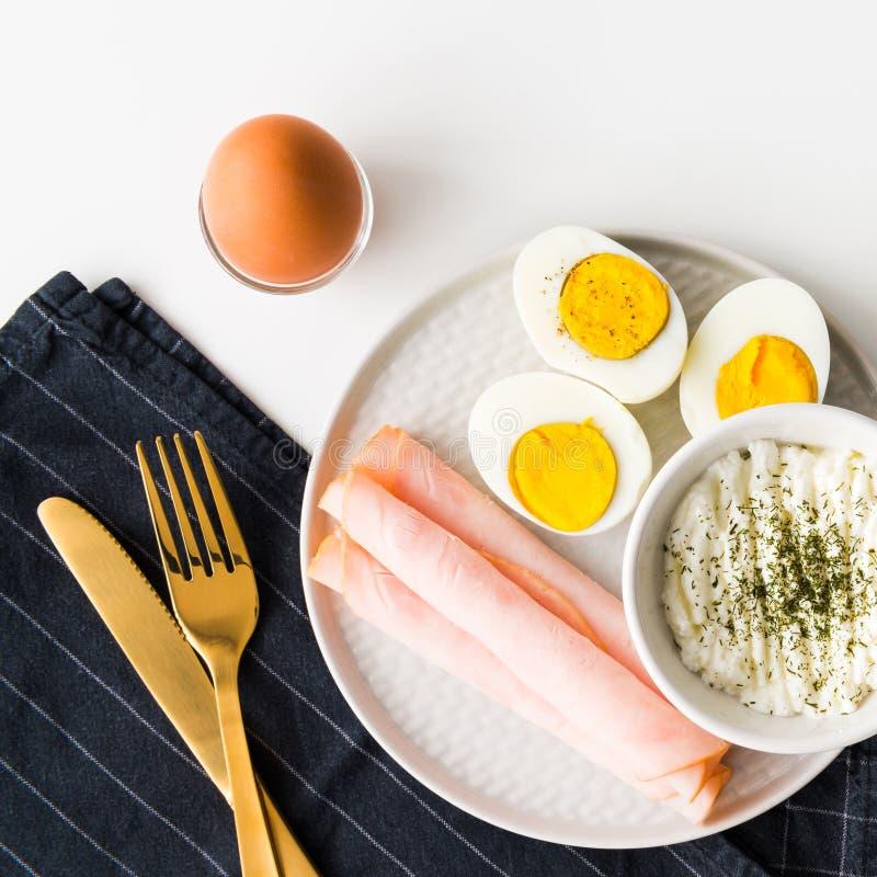 Den sunda frukosten kokade ägg, skinka och ny ost strilad w royaltyfri foto
