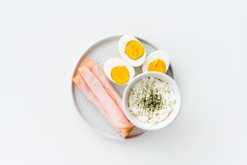 Den sunda frukosten kokade ägg, skinka och ny ost strilad w royaltyfri fotografi