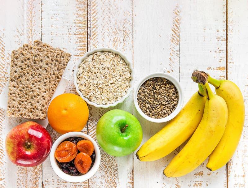 Den sunda havren för frukost för superfoodsfiberkälla torkade frukter, knäpp orange hela kornsmällare som för äpplen mjölkar tist royaltyfria bilder