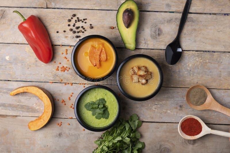 Den sunda livsstilen, riktig näring för förlorar vikt och kryddor på skedar, bästa sikt royaltyfri bild