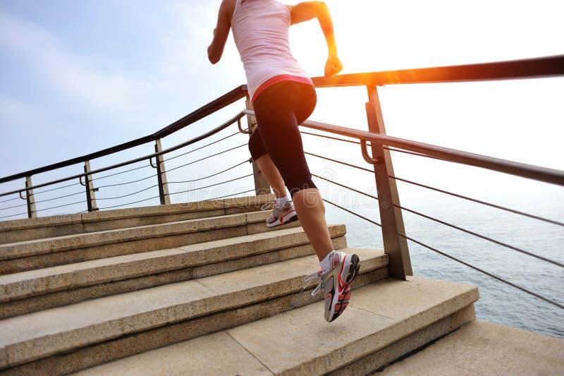 Den sunda livsstilkvinnan lägger benen på ryggen spring på stentrappa arkivfoto