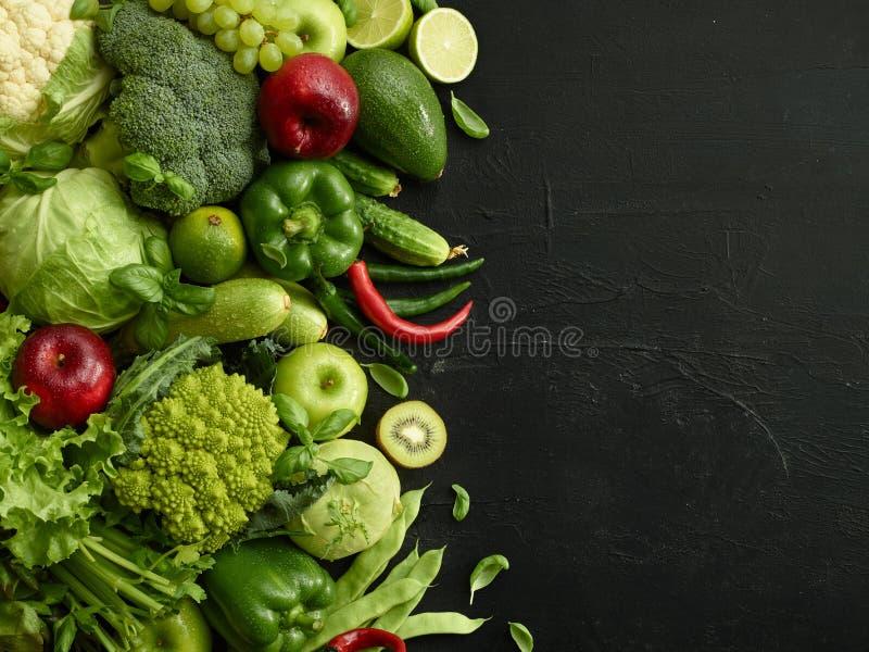 Den sunda matmaträtten på svart stenar bakgrund arkivfoto