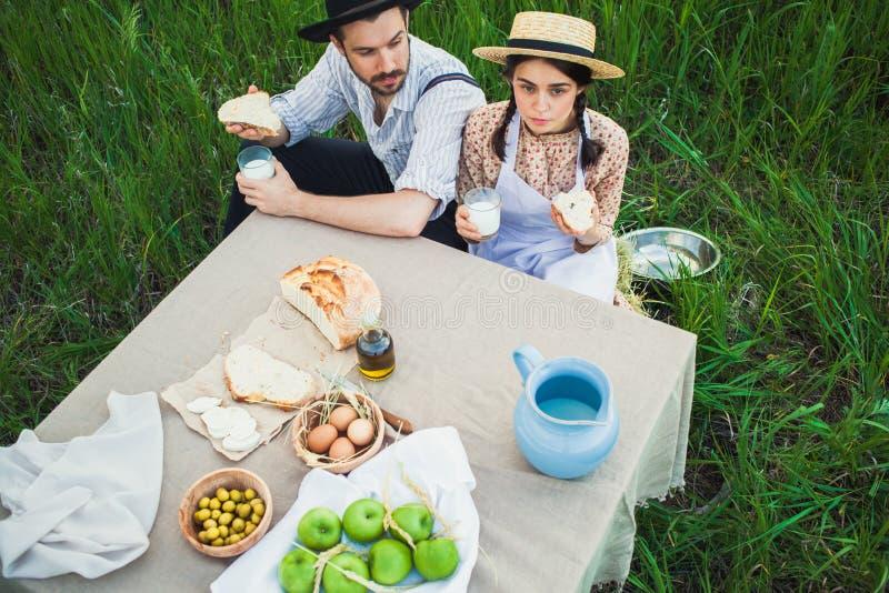Den sunda naturliga maten i fältet stor barnmatställe som äter pizza för familjfadermoder fotografering för bildbyråer