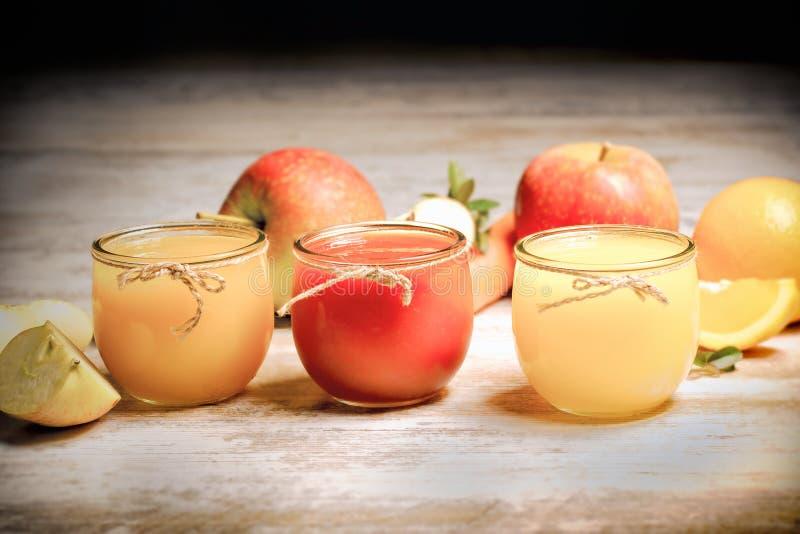 Den sunda nya drycken dricker - fruktfruktsafter som göras med organiska frukter royaltyfri foto
