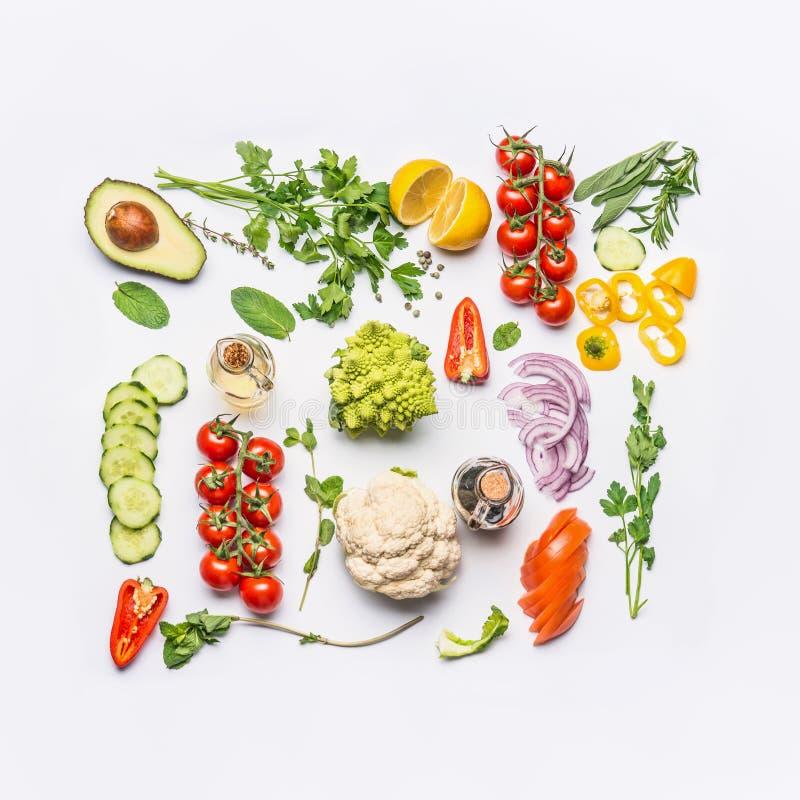 Den sunda rena ätaorienteringen, vegetarisk mat och bantar näringbegrepp Olika ingredienser för nya grönsaker för sallad på vit arkivbild