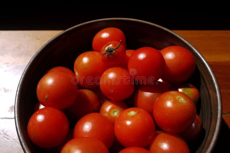 Sund mat: sunlit tomater i bunke specificerar royaltyfri foto