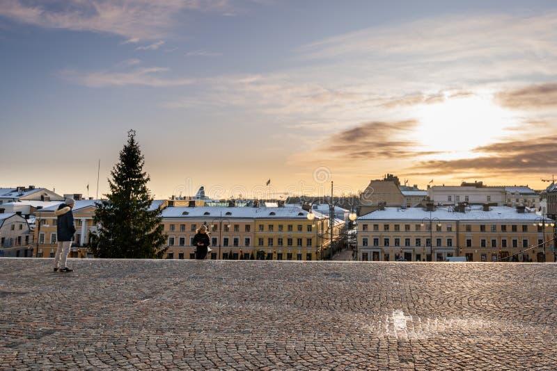 Den sunset cityscape-syn på Helsingfors i centrala staden som kommer från katedralkyrkan royaltyfri foto