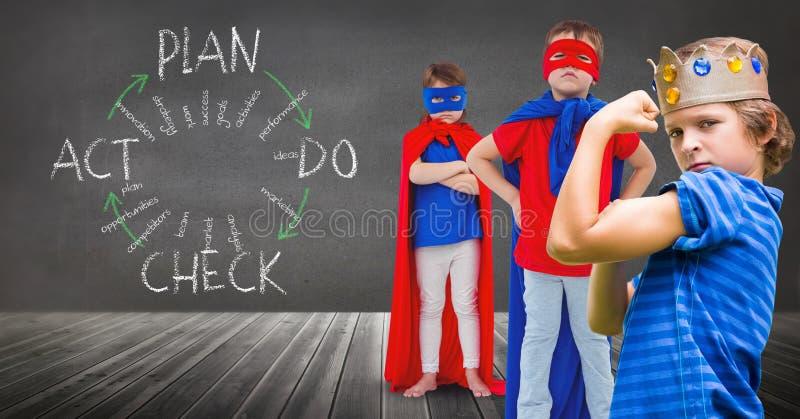 Den Superheroungar och konungen krönar pojken med svart tavlabakgrund och planerar diagram royaltyfri foto