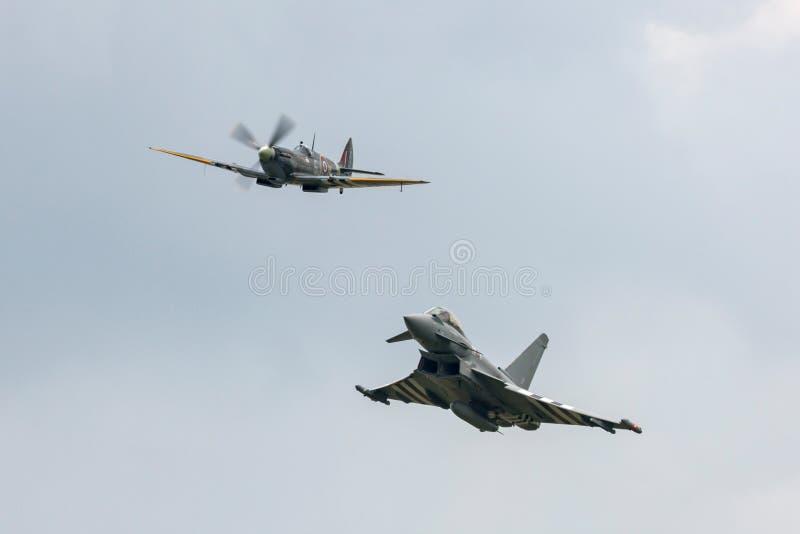 Den Supermarine hetlevrade personen från Royal Air Force RAF Battle av Britannien det minnes- flyget BBMF leder en RAF Eurofighte fotografering för bildbyråer