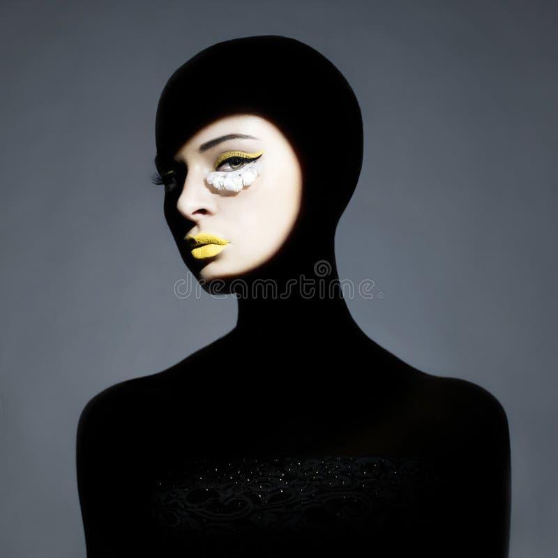 Den Surrealistic unga ladyen med skuggar på henne förkroppsligar fotografering för bildbyråer