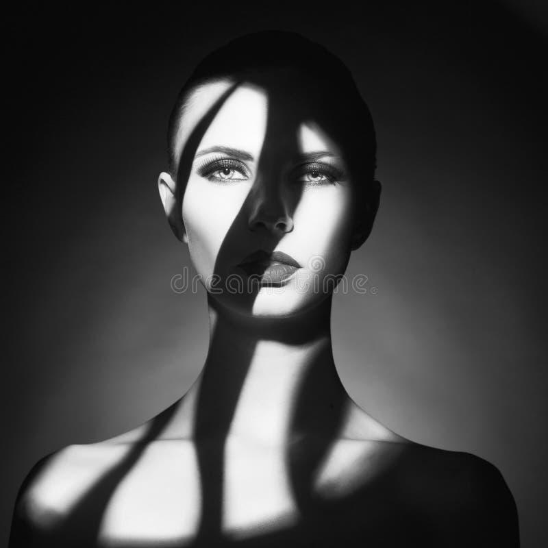 Den Surrealistic unga ladyen med skuggar på henne förkroppsligar royaltyfria bilder