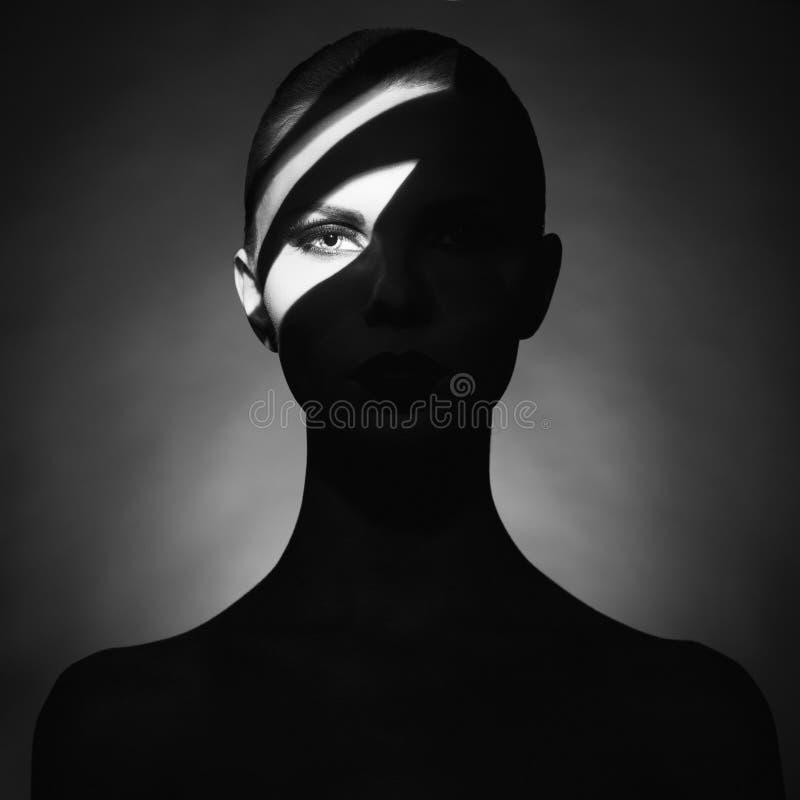 Den Surrealistic unga ladyen med skuggar på henne förkroppsligar arkivbilder