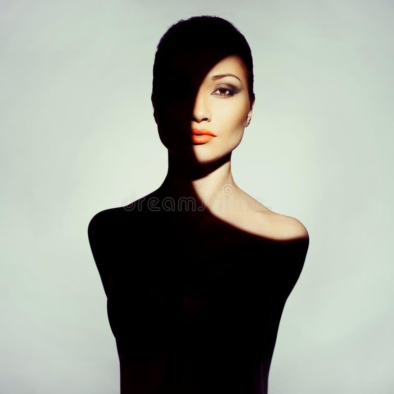 Den Surrealistic unga ladyen med skuggar på henne förkroppsligar royaltyfri fotografi