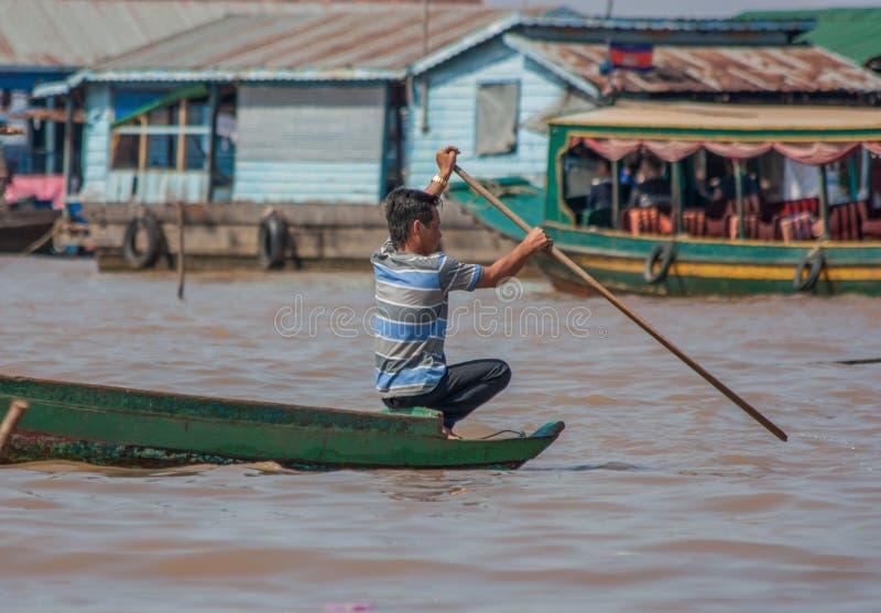 Den sväva byn av Tonle underminerar, Cambodja royaltyfri bild